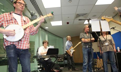 "<em>The Guardian</em> Responds to Radiohead's Newspaper with a ""Creep"" Cover, Colin Greenwood Reviews It"