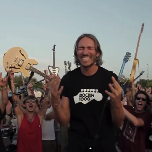 """Watch 1,000 Italian Fans Campaign for Foo Fighters Concert with Epic """"Learn to Fly"""" Performance"""