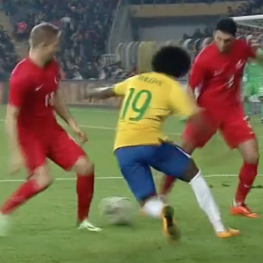 Willian Unleashes Incredible Elastico