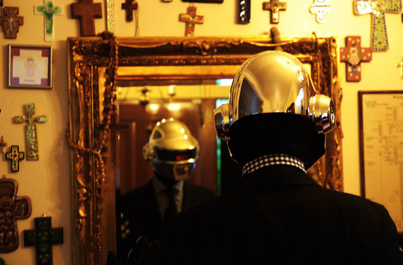 daft-punk-helmet photo_11465_2