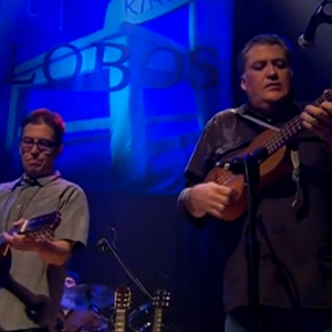 "Video Premiere: Los Lobos - ""Saint Behind the Glass"" (Live)"