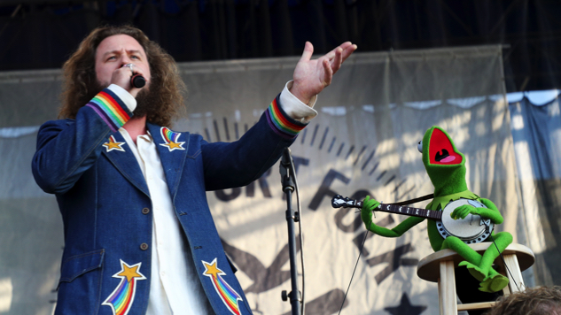 """Watch Jim James and Janet Weiss Perform """"Rainbow Connection"""" with Kermit the Frog at Newport Folk Festival"""