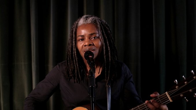"Watch Tracy Chapman Perform ""Talkin' Bout a Revolution"" on <i>Late Night with Seth Meyers</i>"