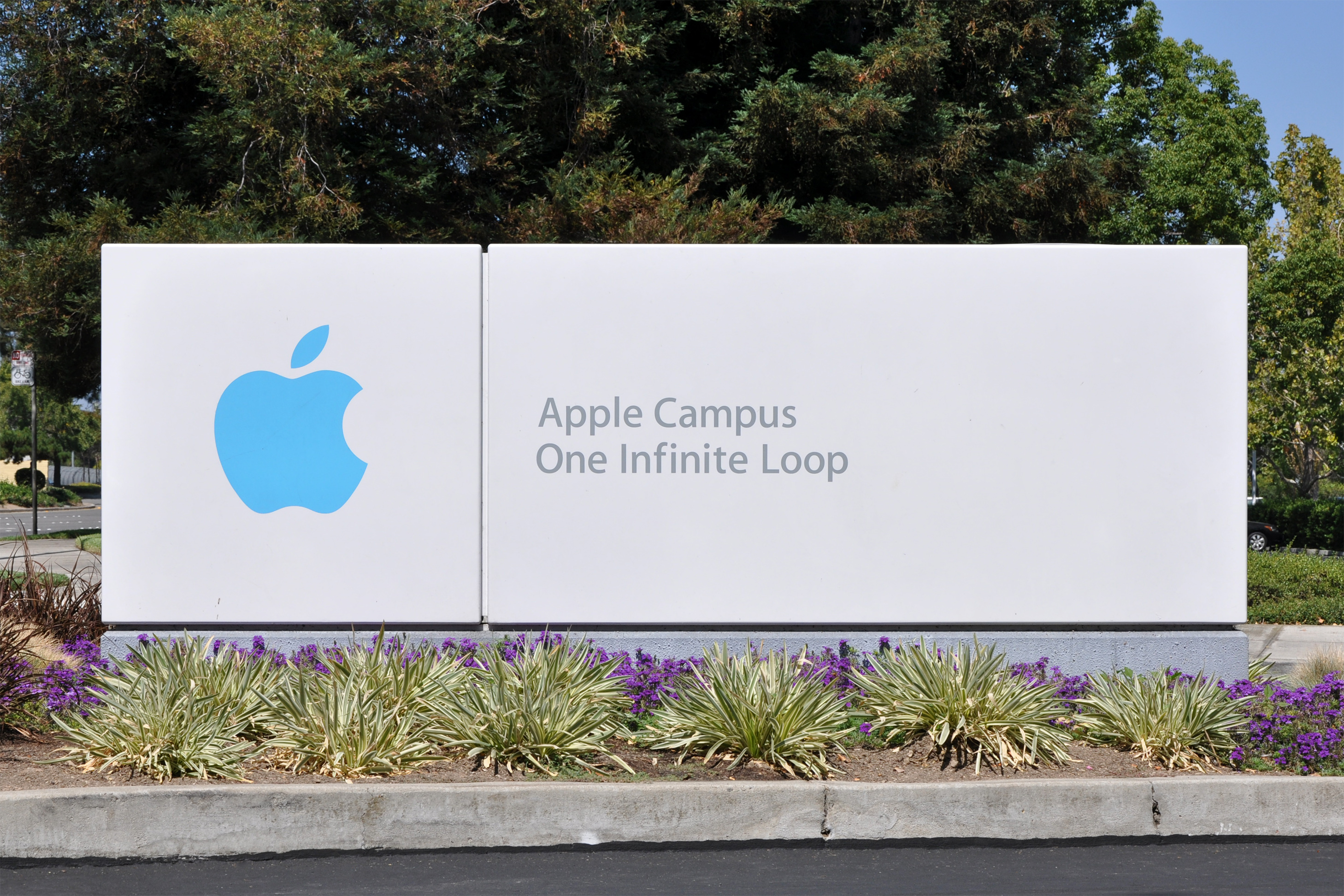 Apple_Campus_One_Infinite_Loop_Sign.jpg