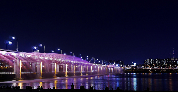 Banpo_Bridge_Fountain_travel_oriented.jpg