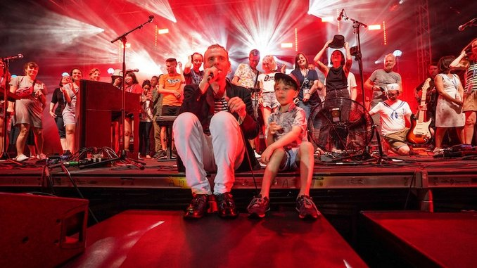 Belle and Sebastian Announce Double Live Album <i>What to Look for in Summer</i>, Share New Videos