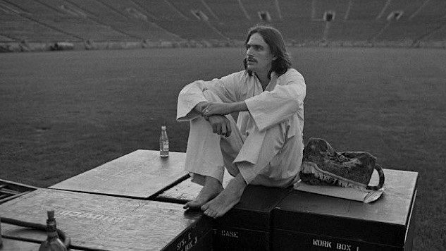 Listen to James Taylor Cover The Beatles in 1971