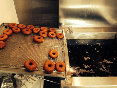 donuts to the fryer (400x300).jpg