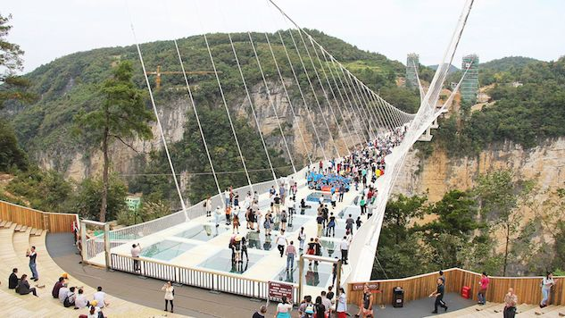 China Builds 1,640-foot Glass Slide Along the Yellow River
