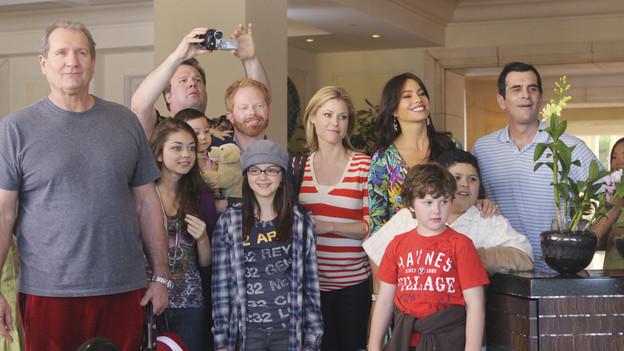 """<em>Modern Family</em> Review: """"Hawaii"""" (1.23)"""