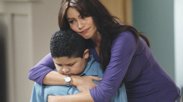 """Modern Family Review: """"Truth Be Told"""" (1.17)"""
