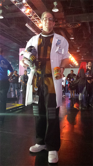 blizzcon-cosplay overwatch---dr-harold-winston