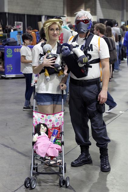 cosplay-gallery-momocon mercy-mom-and-dad-76