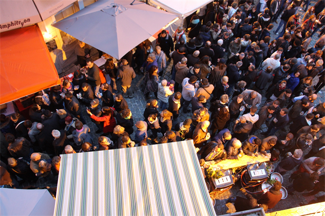offal-gallery 28-green-and-white-awning-crowds-2000x1333