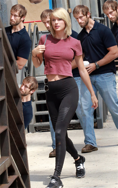 taylor-swift-and-a-particularly-unlucky-onlooker-get-the-pho taylor-10