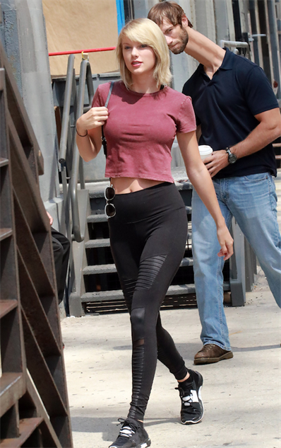 taylor-swift-and-a-particularly-unlucky-onlooker-get-the-pho taylor-2