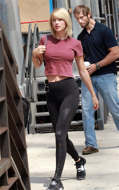 taylor-swift-and-a-particularly-unlucky-onlooker-get-the-pho taylor-swift-ps-battle-original